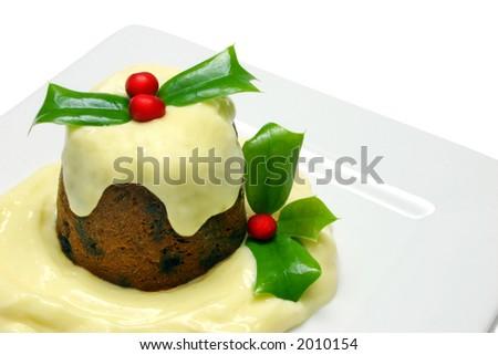 Pudim tradicional da ameixa do christmas, saque individualcom creme na placa branca, isolada no branco