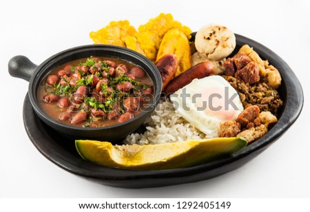 Traditional Colombian dish called Bandeja Paisa: a plate typical of Medellin that includes meat, beans, egg and plantain Foto stock ©