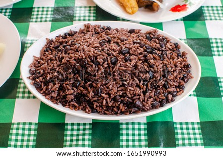 Traditional cuban rice with black beans, well known as 'moros y cristianos'. Is it made with black beans.  Congri rice is made with red beans Foto stock ©
