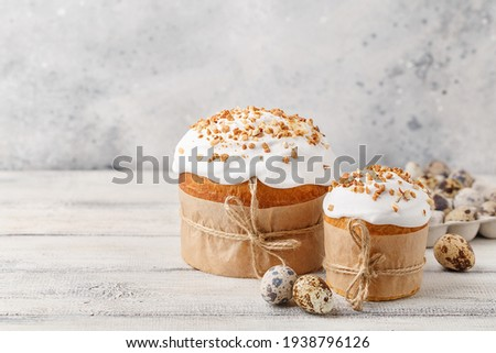 Traditional easter sweet bread with quail eggs over white wooden table. Easter cake with sugar icing decorated with nuts. Side view, copy space. Easter treat, holiday symbol Foto stock ©