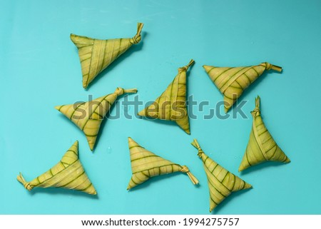 Traditional Malay glutinous rice cakes, locally known as 'Ketupat Palas', lying on turquoise background. A selective focus photo of 'KETUPAT PALAS'. Foto stock ©