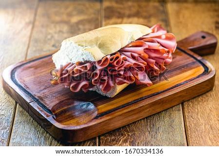 Traditional mortadella sandwich from Mercado Municipal (Mercado Municipal) in São Paulo, Brazil. Great snack of bread with mortadella. Foto stock ©