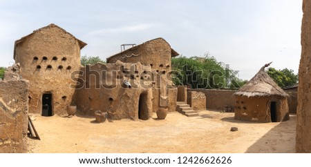 Traditional mud built houses in Gaoui, Chad N'Djamena. Old ancient houses, located in Sahel desert and Sahara. Hot weather in desert climate on the Chari river. Foto stock ©