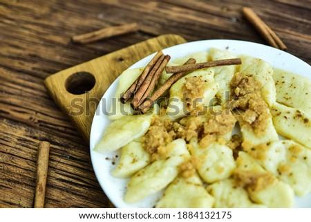 Traditional polish cheese dumplings with butter and cynamon. Zdjęcia stock ©
