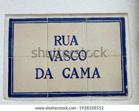 Traditional street sign of 'Rua Vasco Da Gama' of old portuguese blue and white tiles (azulejo) on historic house wall facade in city Porto Covo, Portugal, Europe. Translation: Vasco Da Gama Street. Foto stock ©