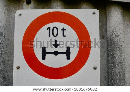 Traffic sign limitation of 10 tons for axle wight. Photo stock ©