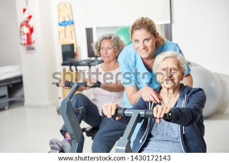 Trainer helps seniors with ergometer training for endurance in rehab