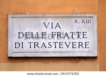 TRASTEVERE, ROME, ITALY: Via delle Fratte di Trastevere, Authentic Street Nameplate in Carrara Marble. R.XIII in the Top Right Corner Stands for Rione 13 (District 13): Trastevere Stock fotó ©