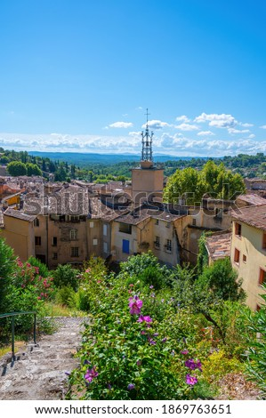 Travel destination, small ancient village Cotignac in Var, Provence, surrounded by vineyards and cliffs with troglodytes houses. Imagine de stoc ©