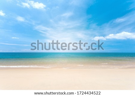 Travel vacation background concept at summer beach with the sunny sky at Phuket island, Thailand. Beautiful scene of blue sky and clouds on a sunny day. Empty holiday sea where horizon can see clearly Foto stock ©