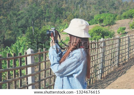 Travel women use the DSLR camera take the picture