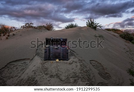 treasure chest at the beach in a sunrise, jewels and gold coins Foto stock ©