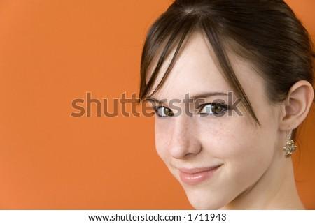 Trece años de vieja muchacha adolescente aislada en fondoanaranjado - stock photo