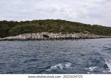 Tremiti Islands, Puglia, Italy - July 26, 2021: Glimpse of Cala dello Zio Cesare along the coast of San Domino Island from the boat Zdjęcia stock ©