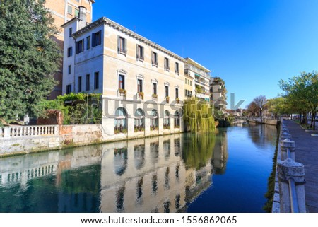 Treviso town, with the ancient buildings refleted on the  Sile river, Veneto, Italy Foto stock ©