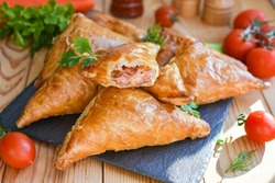 Triangles of puff pastry with ham and cheese