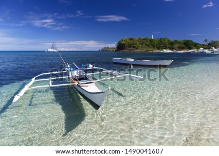 Tropical landscape with  Filipino traditional banka fishing outrigger boat on a white sand beach, beautiful clear turquoise water. Malapascua island, Philippines. Stok fotoğraf ©