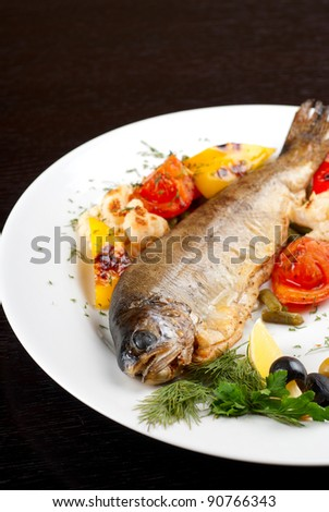 trout fish baked with pepper, string beans, tomato and cauliflower