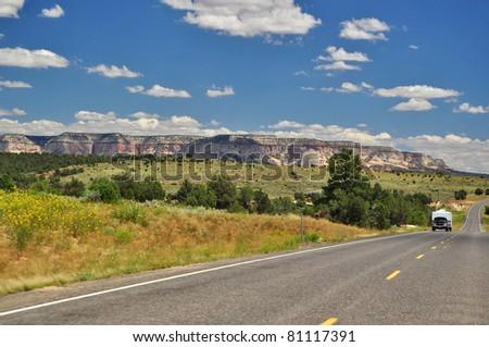 Truck mit Wohntrailer auf dem Highway, Utah, USA - stock photo