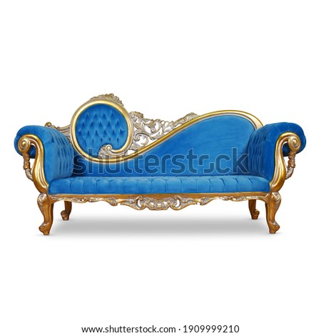 Tufted Blue Velvet Chaise Lounge Isolated. Antique Victorian Style Sofa Distressed Gold Giltwood Handcrafted Wooden Frame Giltwood Sweeping Scroll on Backrest. Upholstered Classic Interior Furniture Foto stock ©