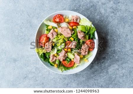 Tuna Fish Salad with Lettuce, Cherry Tomatoes, Cucumber and Corn. Foto d'archivio ©