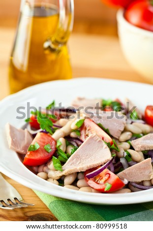 Tuna salad with beans and fresh tomatoes