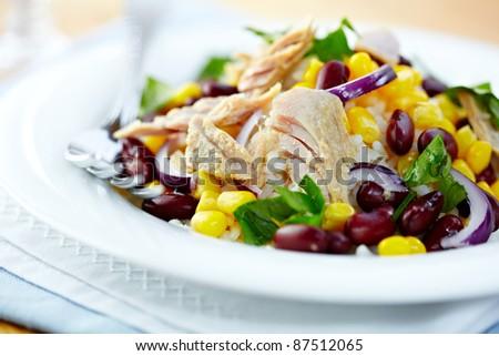 Tuna salad with kidney beans