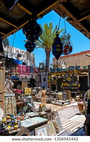 Tunisie. (Tunisie du Sud). Ile de Djerba. Houmt Souk. Boutique d'antiquités // Tunisia. (South Tunisia) Djerba island. Houmt Souk. An antique shop