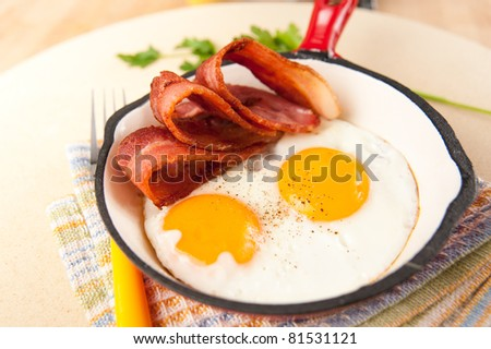 Turkey Bacon and Fried Eggs for Healthy Paleo Breakfast