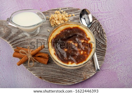 Turkish and Arabic traditional Ramadan dessert Baked Rice pudding is a dish made from rice mixed with water, milk,sugar and other ingredients such as cinnamon and raisins. Foto stock ©