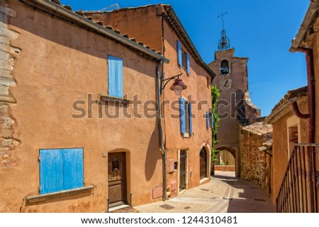 Turm und Häuser mit ockerroter Farbe - Tower and houses with red ocher color, Roussillon, Provence, Luberon, Vaucluse Frankreich - France