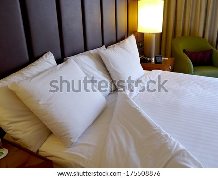 turned down bed in hotel room Foto stock ©
