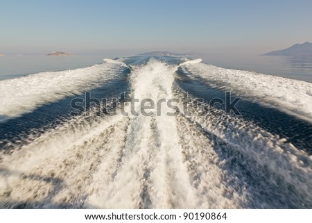 Twin propeller speed boat wake