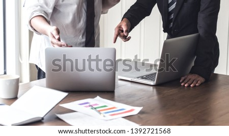 Two businessmen dispute in the office,The media reaches the operational guidelines