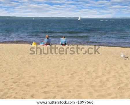 Duas crianças aprecíam sua vista beachfront do lago