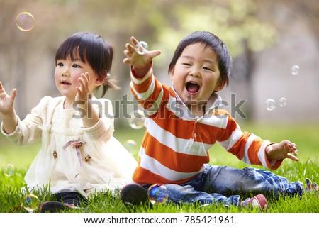 stock photo two happy kids playing soap bubble outdoor on the lawn 785421961 ไขรหัสนมแม่ สารอาหารเพื่อพัฒนาสมอง