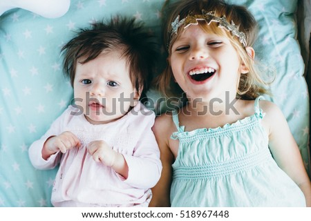 Two little sisters together. The difference between them is two and a half years. Foto d'archivio ©