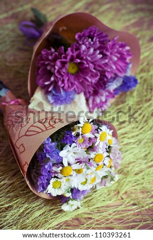 Two mini-bouquet of purple and white flowers