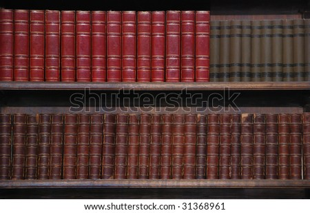 Two rows of old books on bookshelves. ストックフォト ©