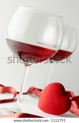 Two wine glasses and a heart