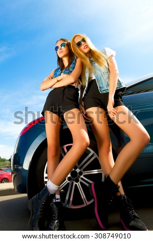 Free Photos Girl In Blue Jeans Standing Near The Car Avopix Com