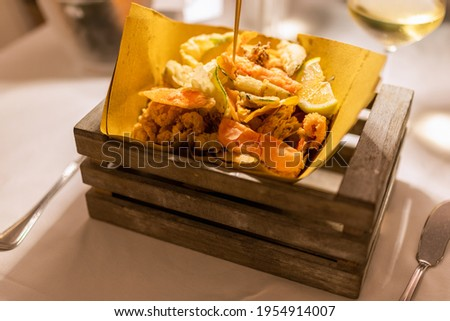 Typical Italian appetizer (Fritto misto di pesce) mix of fried seafood Foto stock ©