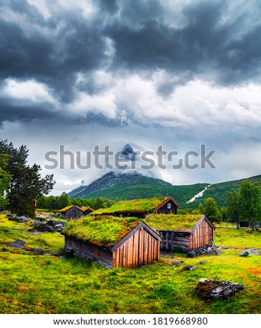 Typical norwegian old wooden houses with grass roofs in Innerdalen - Norway's most beautiful mountain valley, near Innerdalsvatna lake. Norway, Europe. Landscape photography Foto stock ©
