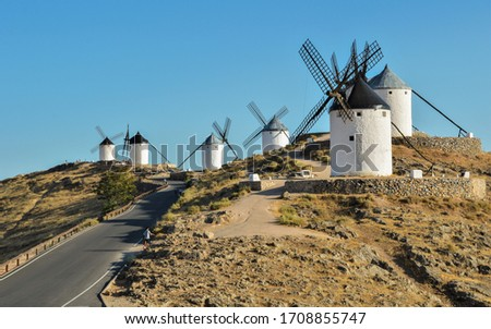 Typical old white Spanish windmills (Molinos appearing in Don Quijote) surrounded by a dry landscape in Consuegra, Toledo. Castilla la Mancha, Spain. Foto stock ©