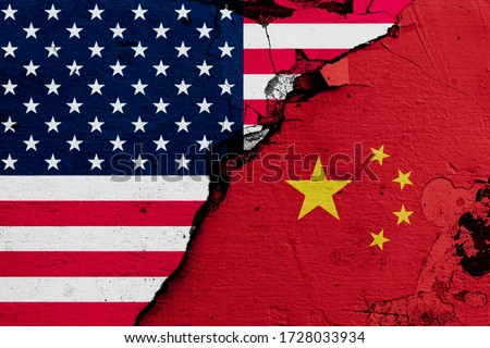 U.S.A. and China's flags on cracked wall (Concept of international conflict) Foto stock ©