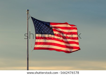 U.S. Flag and Sky at Sunset Foto stock ©