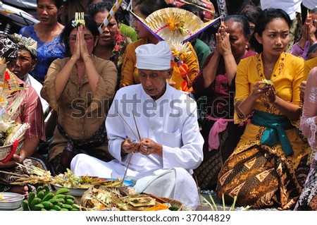 UBUD, BALI - AUGUST 31: Balinese perform cultural prayers at Ubud palace August 31, 2009 in Bali, Indonesia.