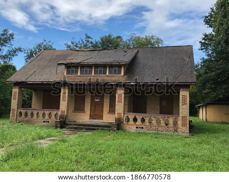 ugly house for sale, investor special  Foto stock ©