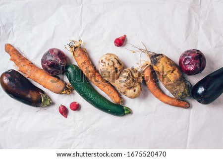 Ugly organic rotten vegetables with mutations on craft paper background. Concept of zero waste production. Copy space. Spoiled non gmo vegetables with dots. Compost Foto stock ©