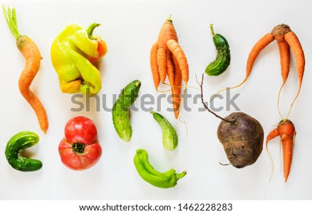 Ugly vegetables on a white background. Ugly food concept, flat lay. Foto stock ©